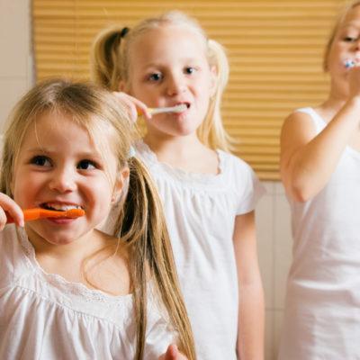 Kinder putzen Zähne